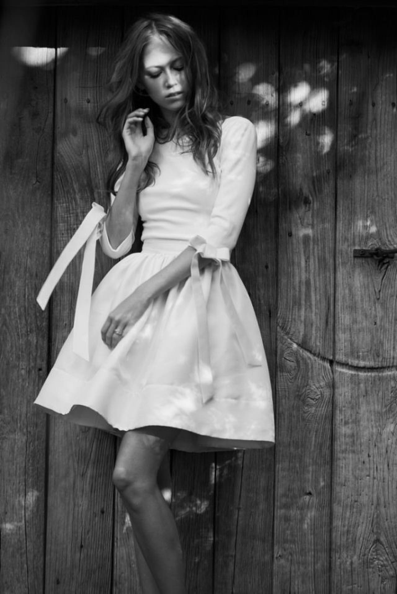 Gli abiti da sposa anni 50 hanno lunghezze midi e gonne a ruota.
