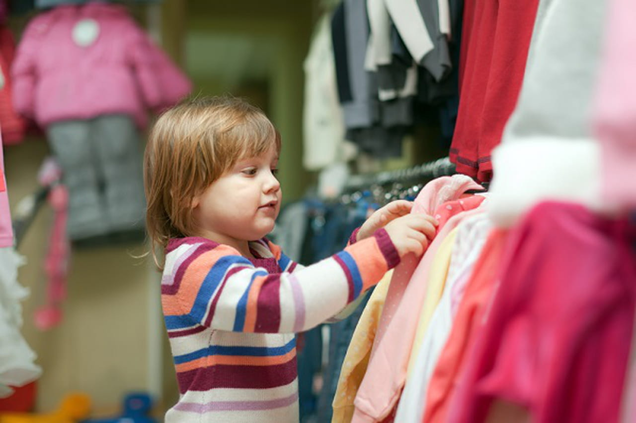 كيف تساعدي طفلك على إرتداء ملابسه بنفسه؟ 813290