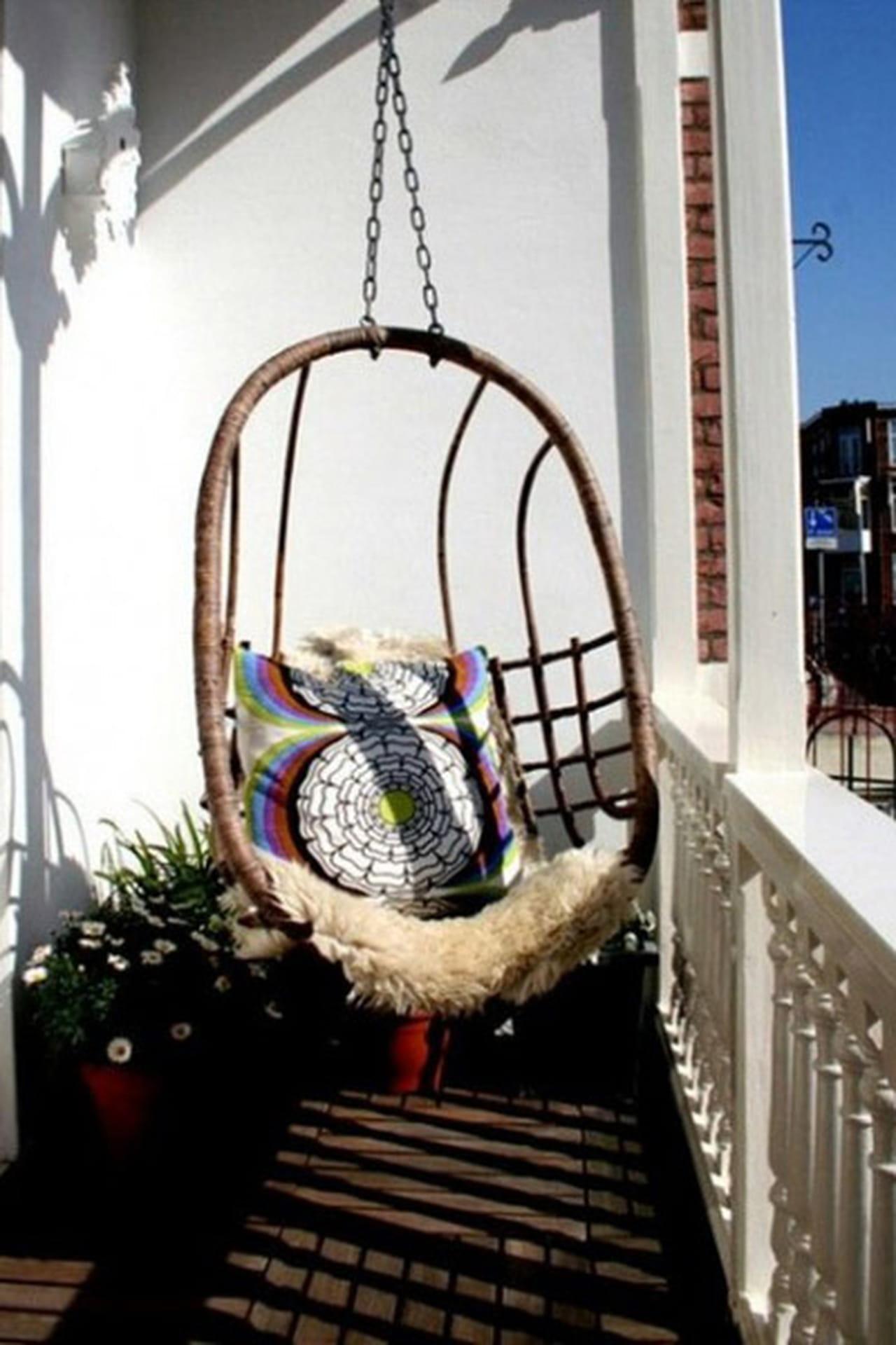 Кресло качалка на балконе.