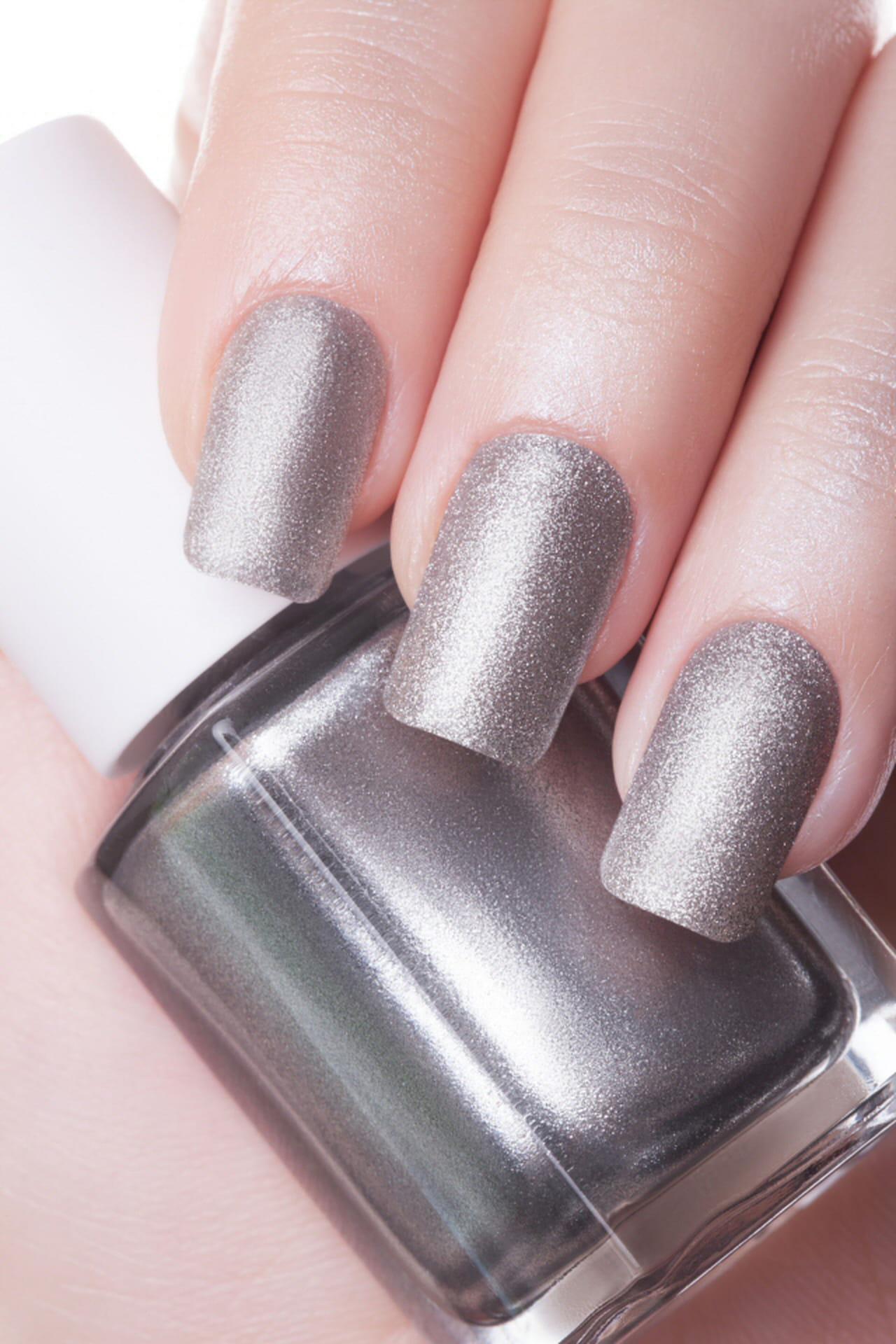 Colori estivi per unghie le tonalit giuste - Unghie argento specchio ...