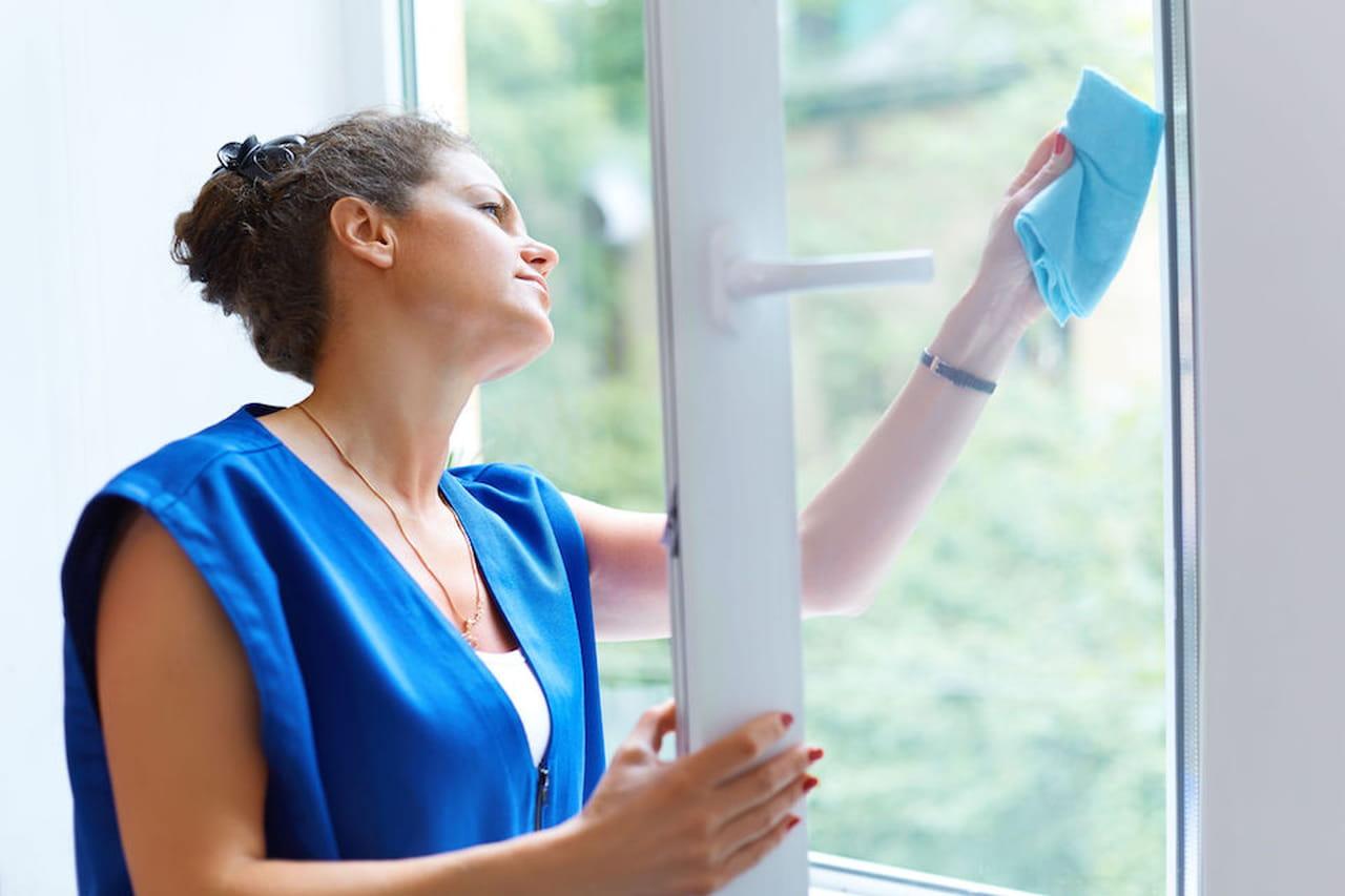 Come pulire i vetri finestre e docce senza aloni - Pulire vetri finestre ...