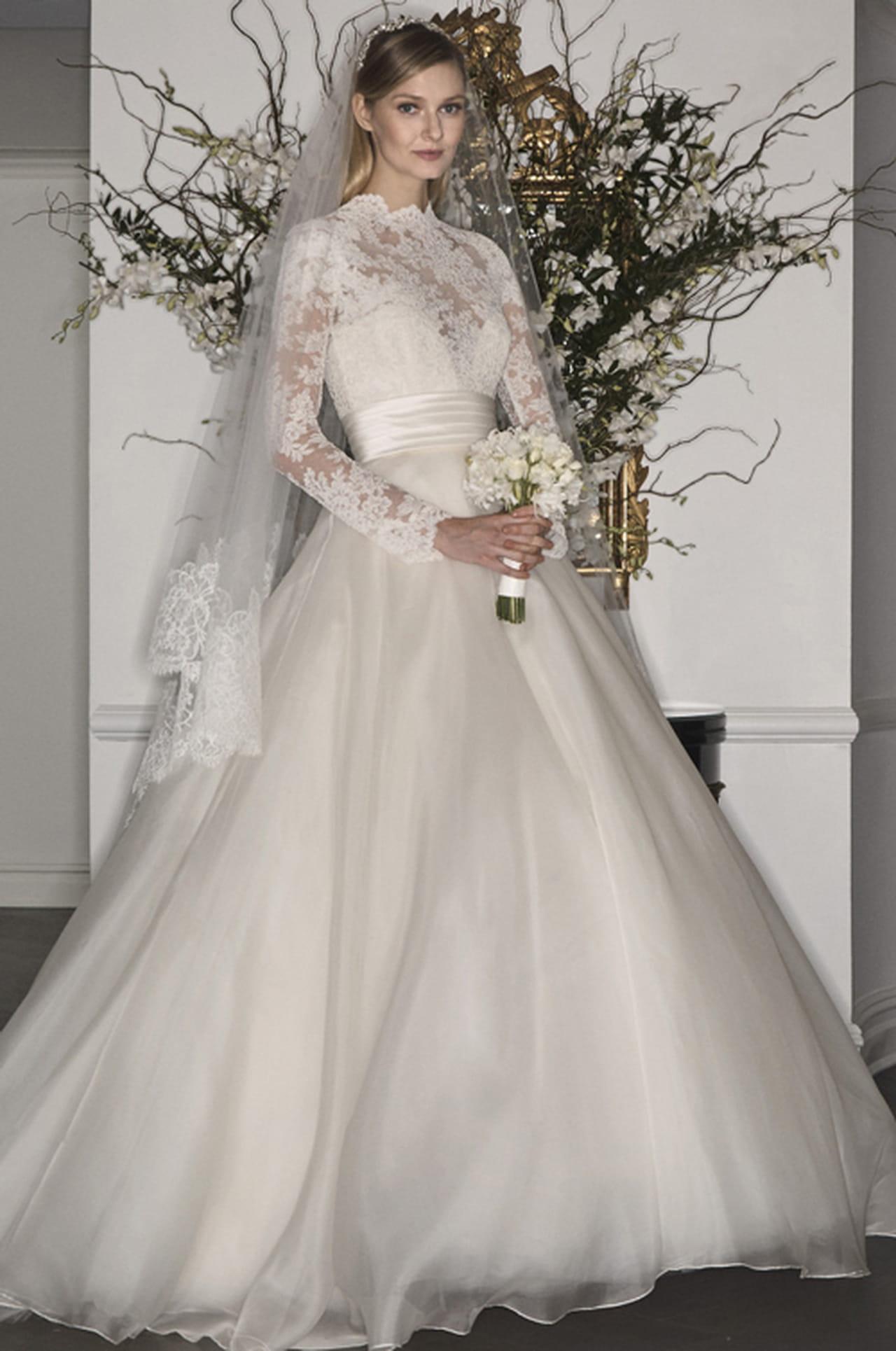 bf0ce1416 فستان زفاف بأكمام طويلة وتصميم محتشم من Romona Keveza.