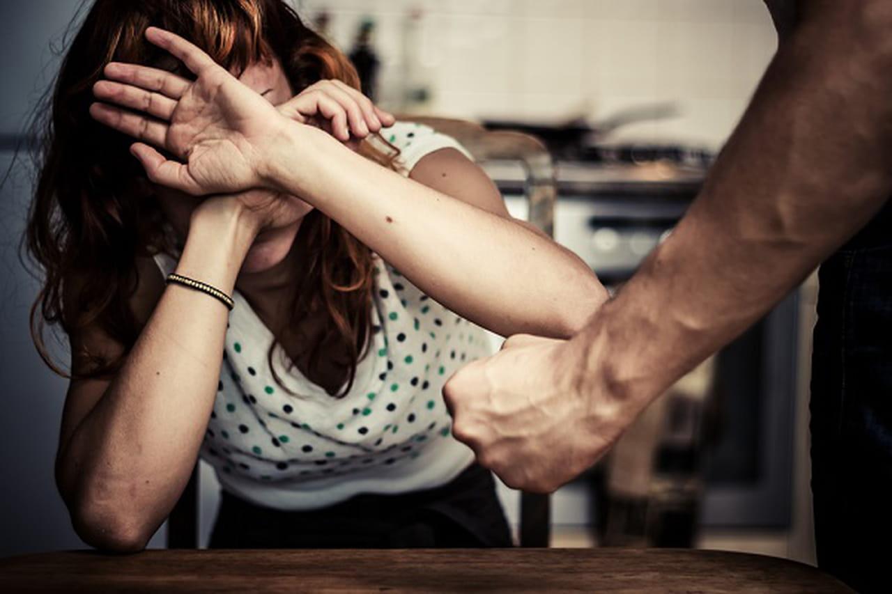 b2e8e6150bb57 تعتبر مشكلة العنف الأسرى من اكثر المشكلات التي تؤثر سلبيًا على المجتمعات  بالكامل فهي تؤثر على الأسرة بالكامل والتي تعد نواة المجمتع، كما أن تلك  المشكلة تؤدي ...