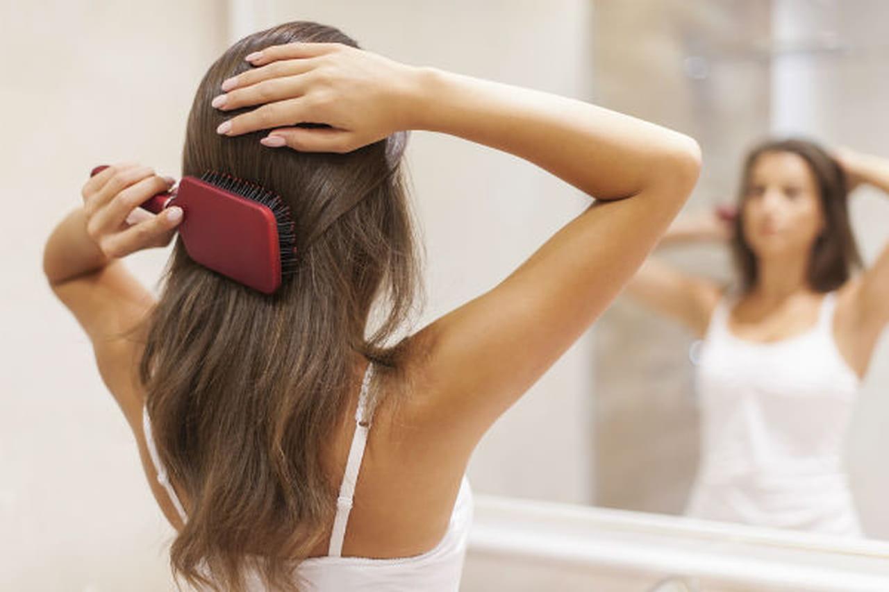 5 أخطاء ترتكبها كل امرأة عند تصفيف شعرها 888644.jpg