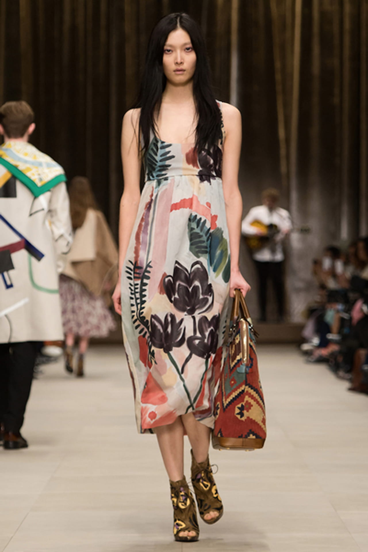a1b6abf9c 11 فستان مزين بالورود الخلابة من عروض أزياء 2014