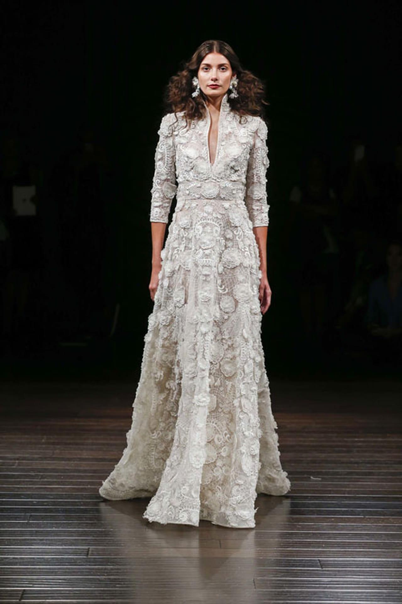 42c55ee1b فستان زفاف بأكمام دانتيل بتصميم رومانسي من روزا كلارا Rosa Clara.