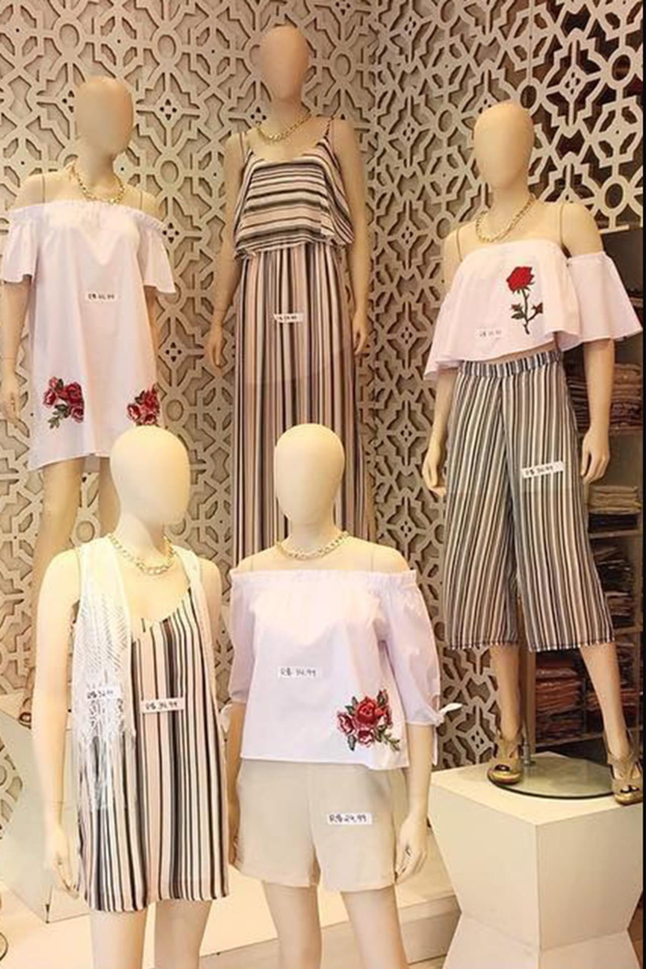 7c1fc3d8379e Peças listradas e t-shirts nas araras da Infinite. © Reprodução/Instagram
