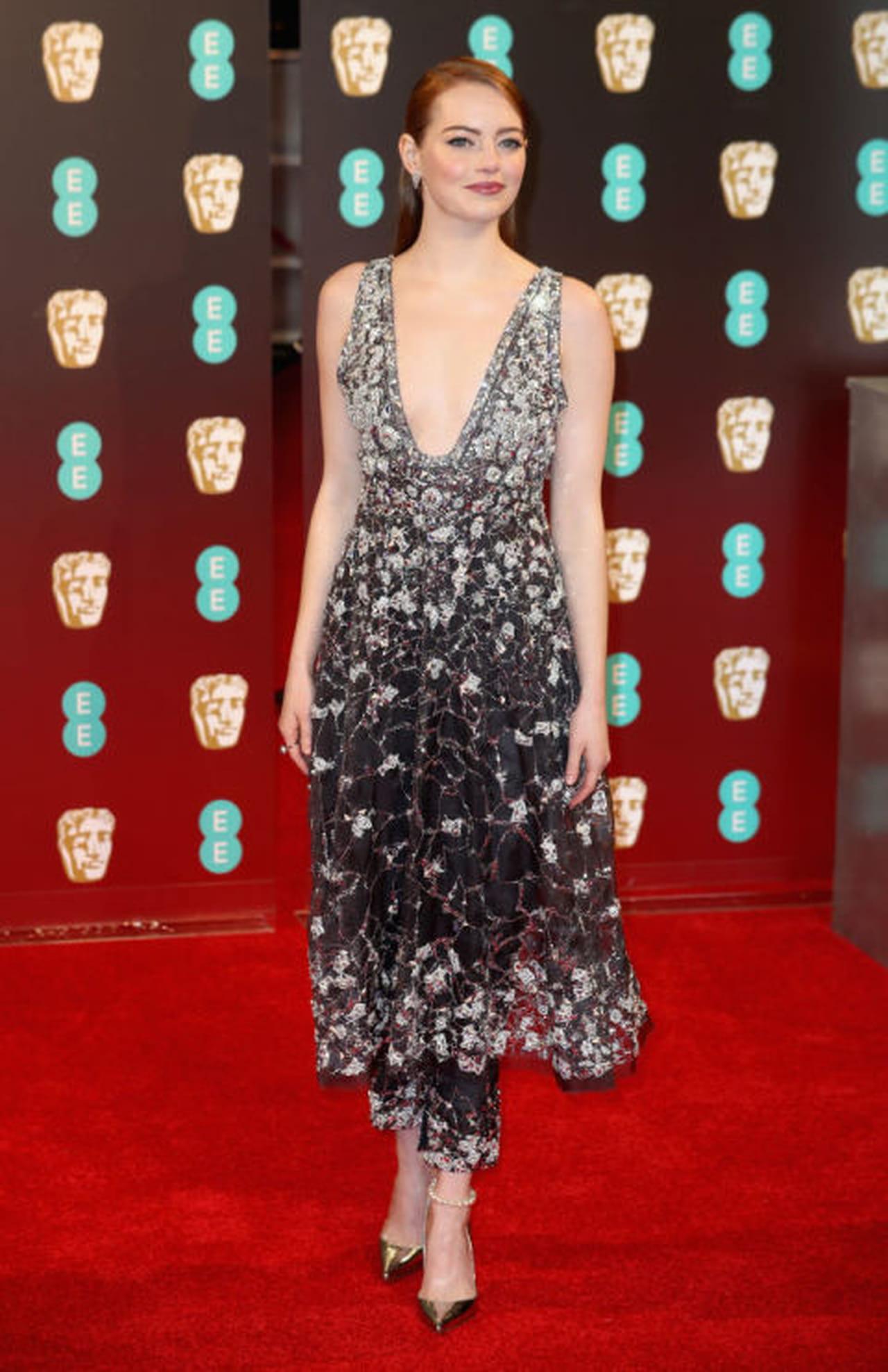 37d999884e5c6 النجمة إيما ستون ترتدي فستان أنيق بتطريزات الورود مع سروال خاص بالفستان من  توقيع شانيل Chanel.