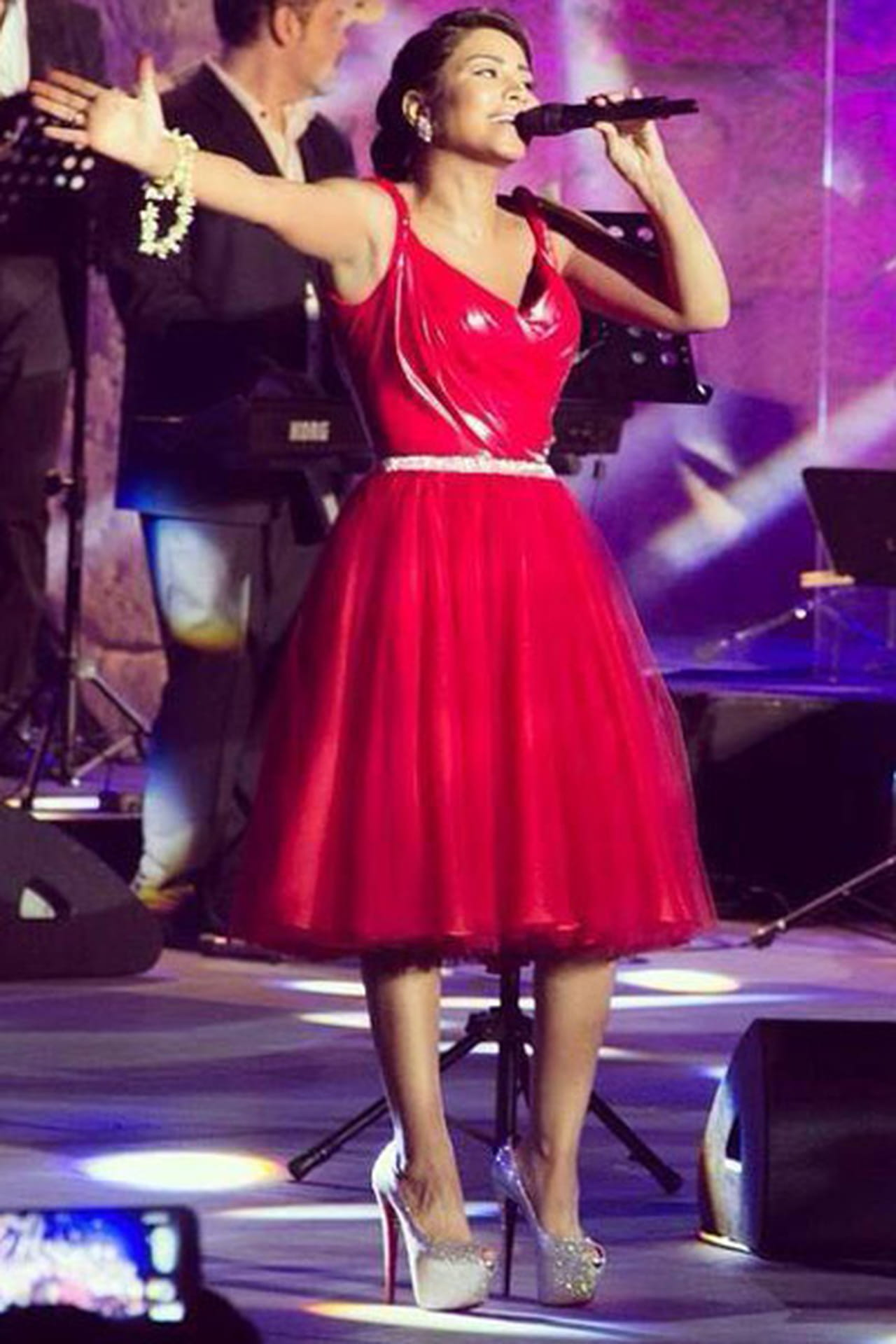 bf733a10f شيرين بفستان أحمر من الجلد من توقيع المصمم اللبناني نيكولا جبران