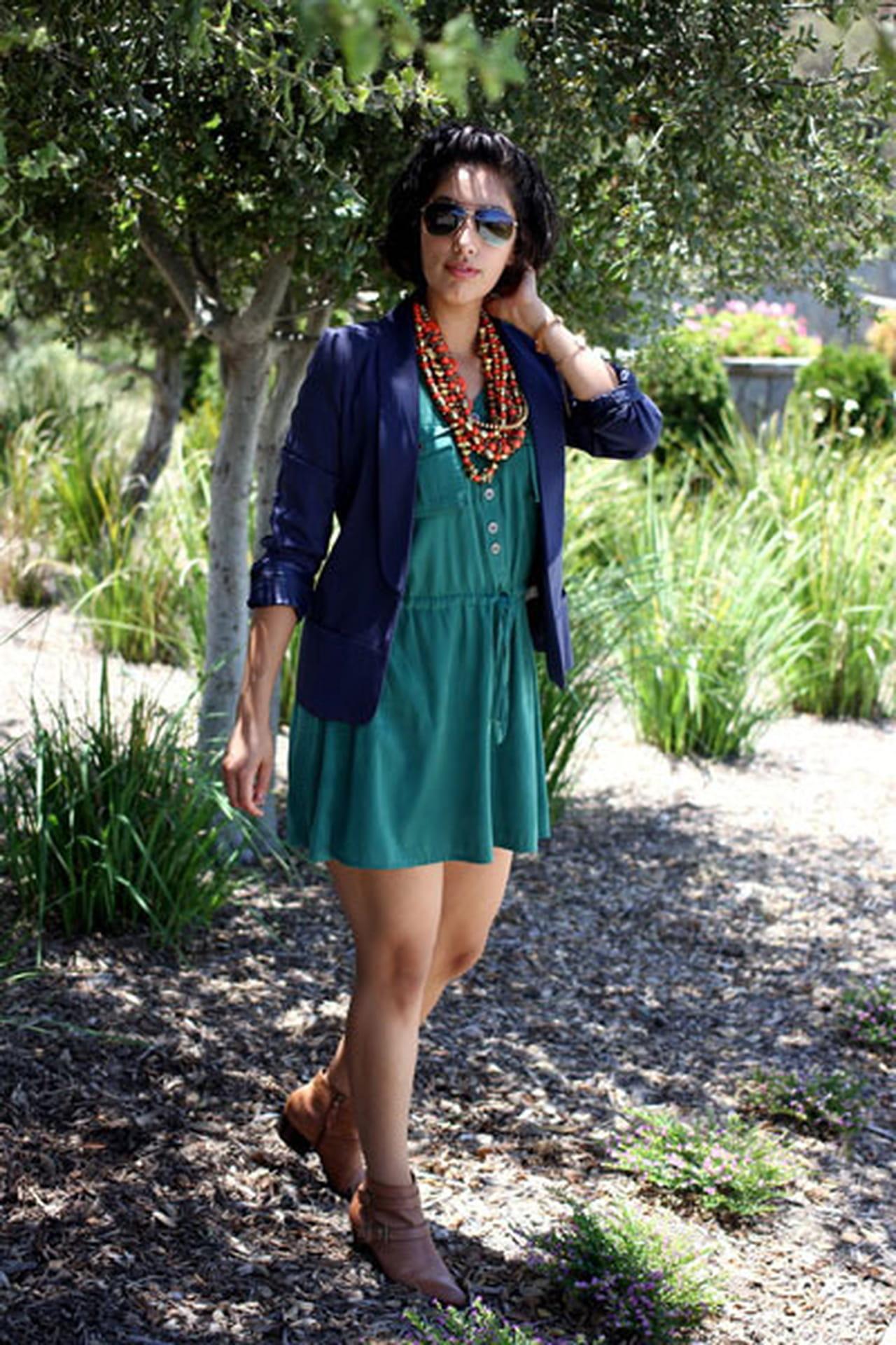 e0e1a809b6438 يمكنك المزج بين الأخضر والأزرق لطلة مميزة، الفستان الأخضر مع بليزر أزرق كما  بالصورة. إذا إخترتي السترة باللون ...