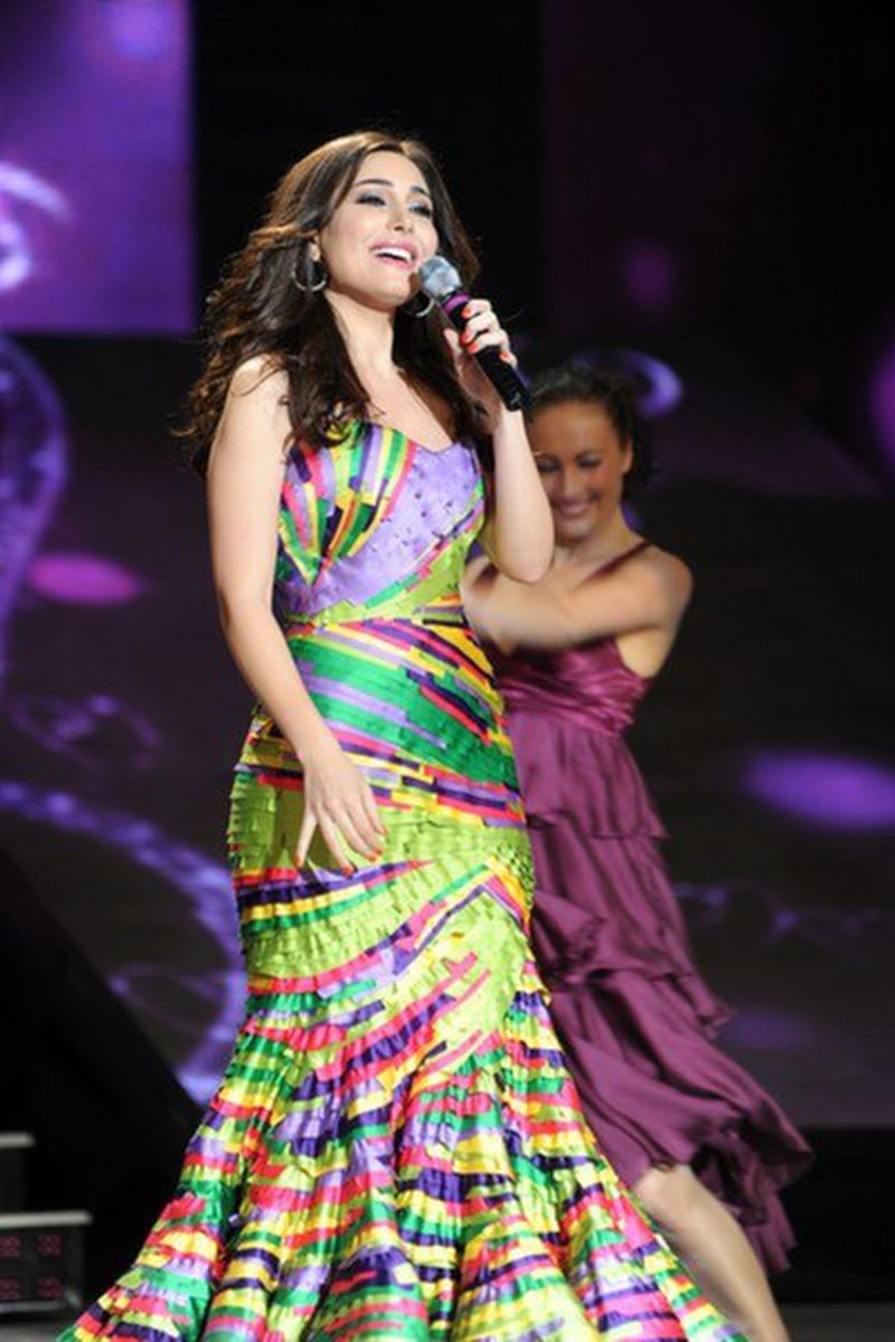 2a6d9a6709729 النجمة اللبنانية يارا تتألق في إحدى حفلاتها بفستان مُفعم بالألوان المتداخلة  من تصميم نيكولا جبران.