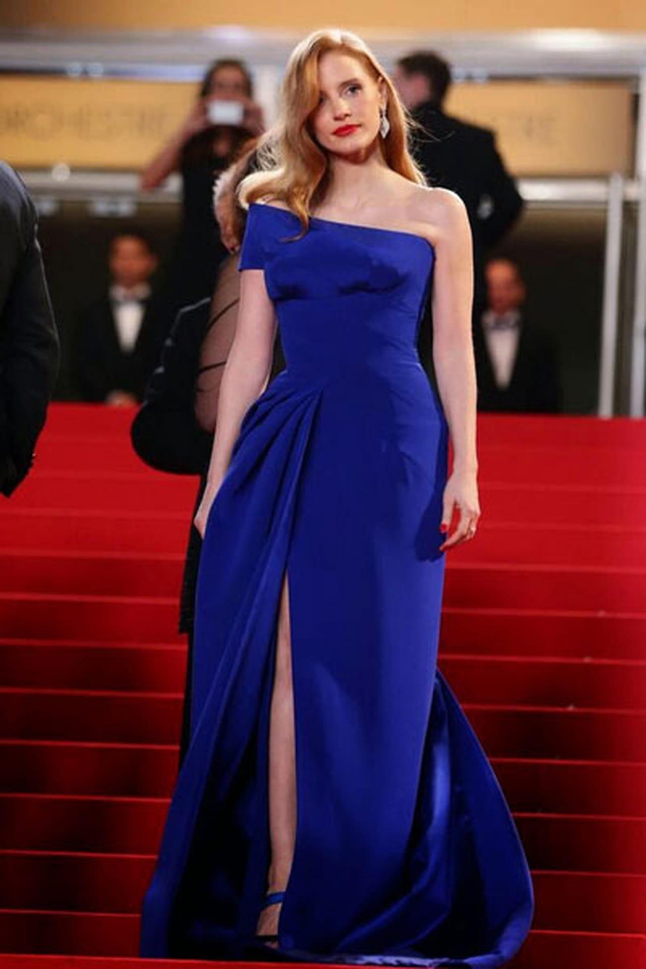 ea7c8f5d3 جيسيكا كاستان ترتدي فستان من توقيع فيرساتشي Versace