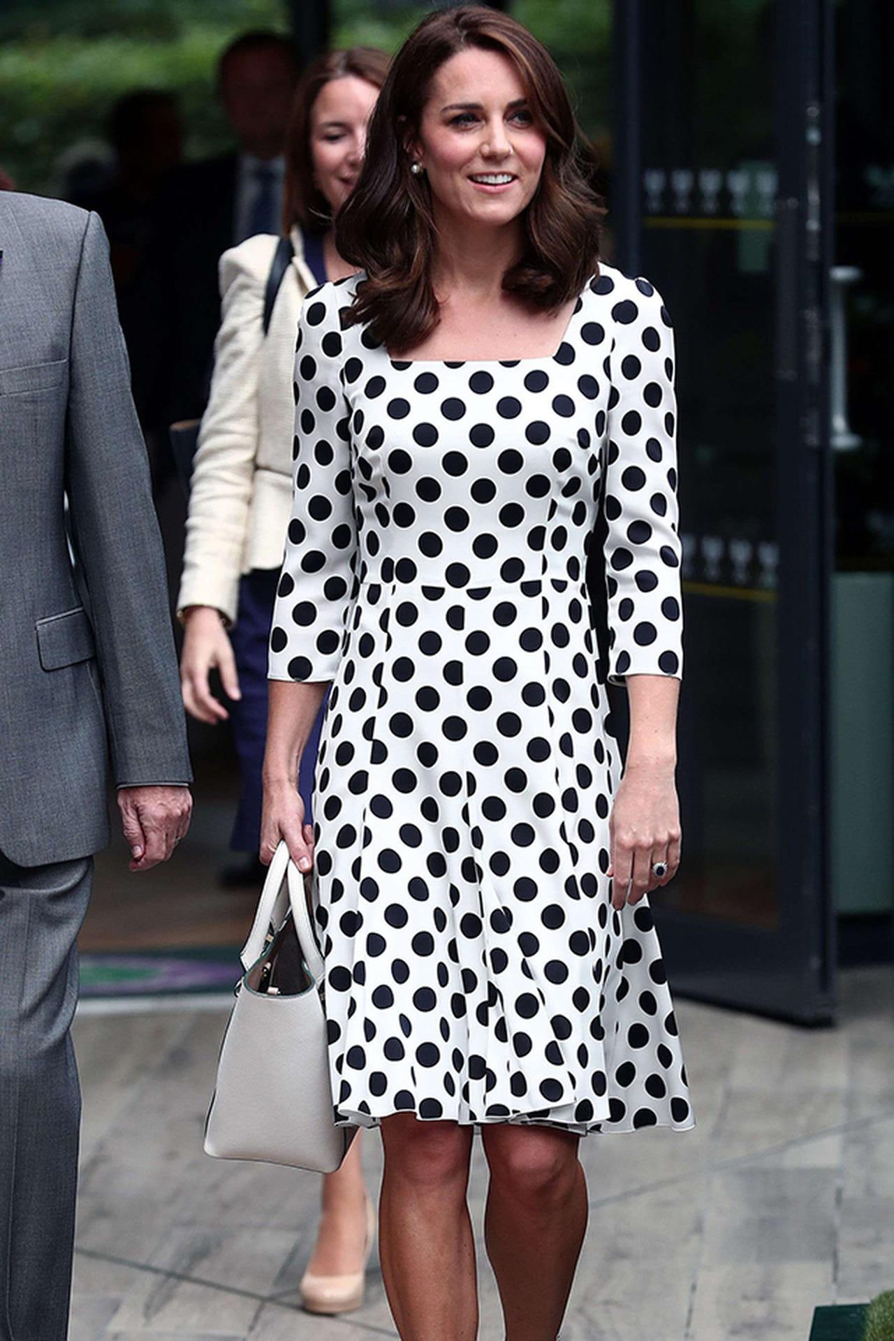 94eb34ca15 Kate Middleton com vestido de poá em preto e branco. © PAPIX SIPA