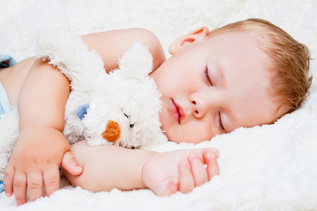 بالطبع يحتاج الكبار والأطفال إلى ساعات نوم كافية وآمنه ، وسنتعرف في هذا  المقال كيف تضمن نوم آمن لطفلك ، حيث أن كل الأطفال الرضع والتي تقل أعمارهم  عن عام ...