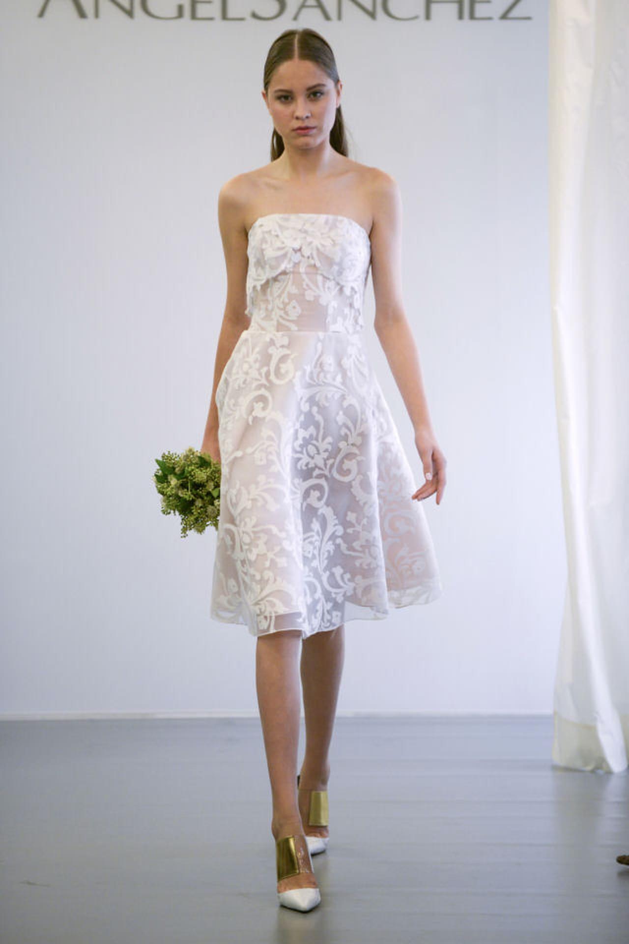 2b3bfb823d2a Abito da sposa estivo. Angel Sanchez propone un abito in stile anni  50 per  l estate dalla silhouette poco voluminosa.