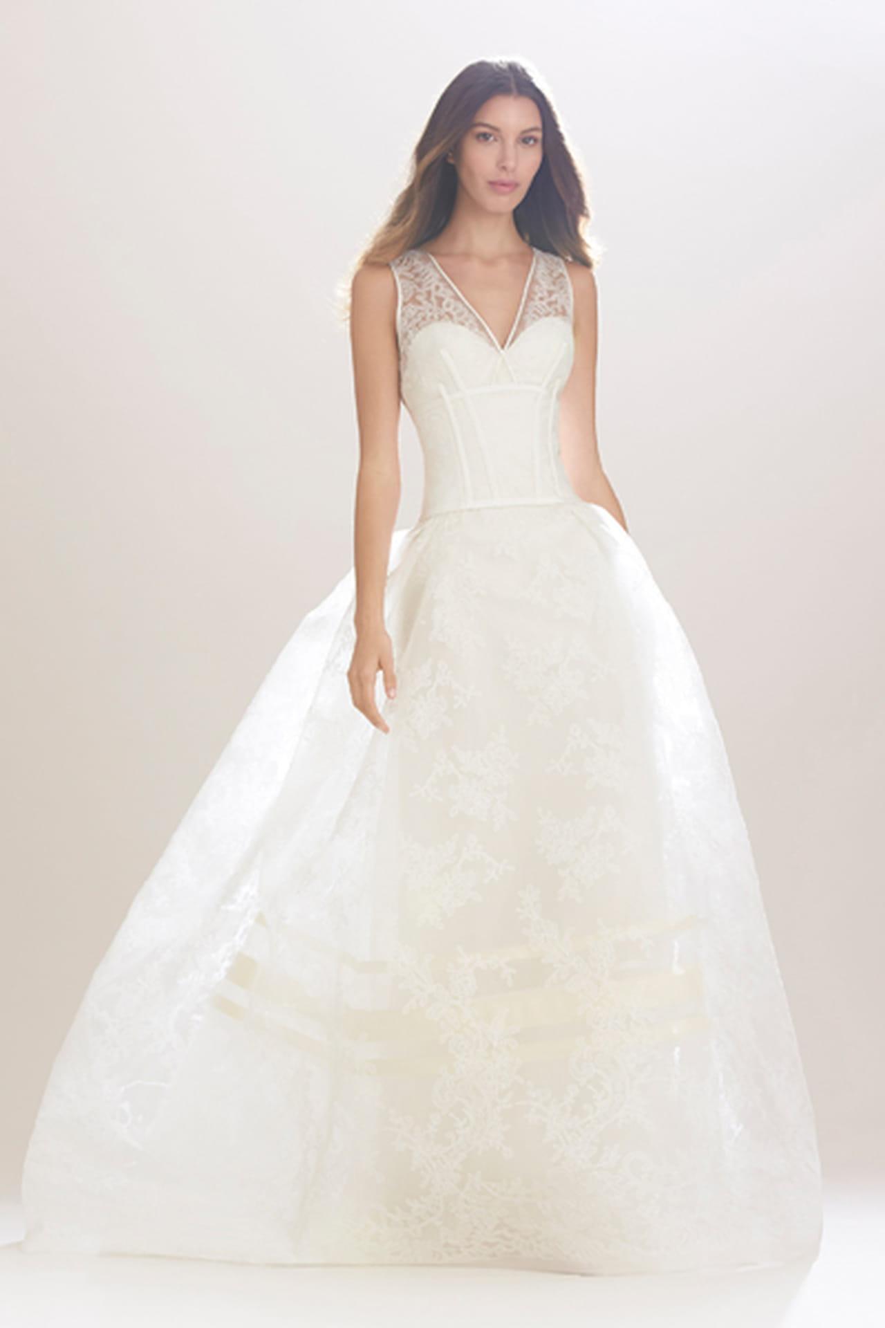 dd379c3e0d9f5 رهافة الدانتيل تزين فساتين زفاف كارولينا هيريرا خريف 2016