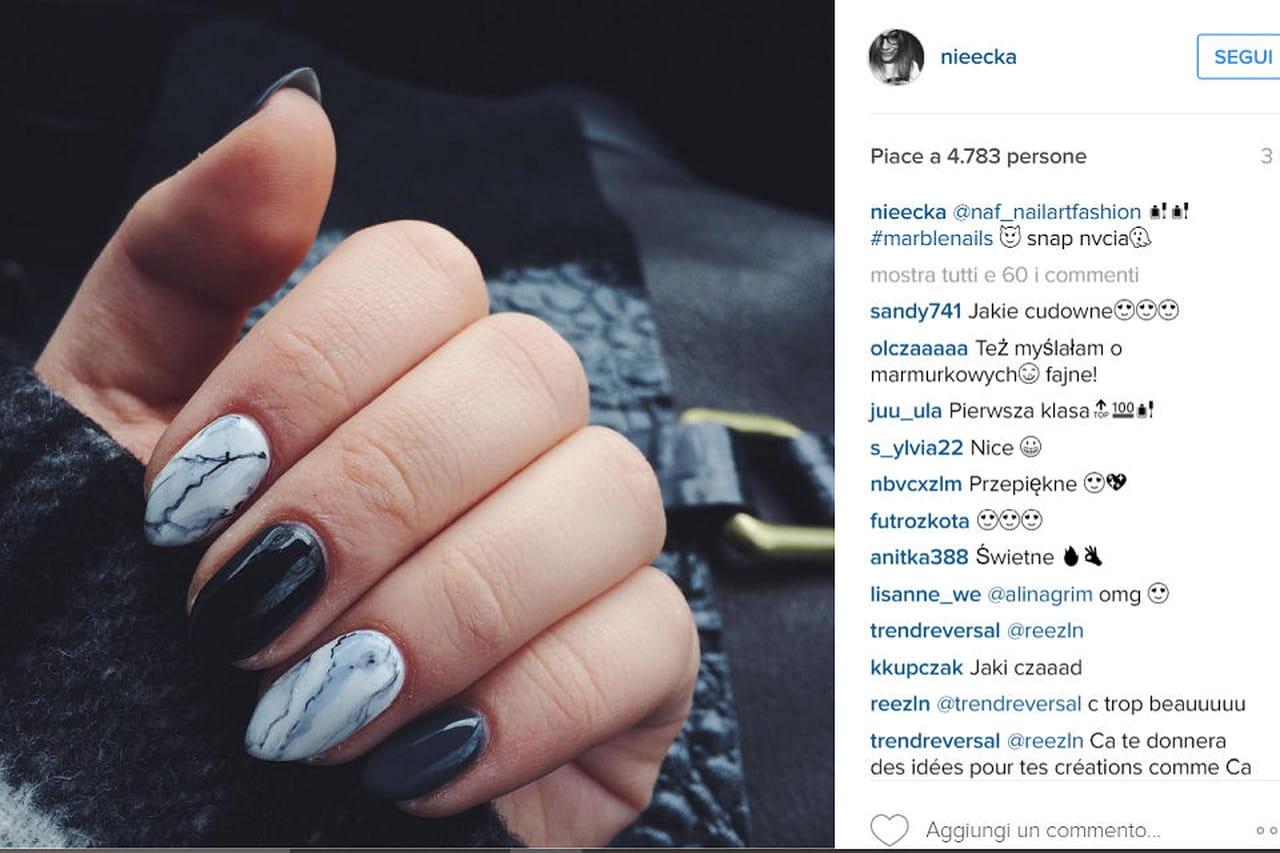 Tra i trend di Instagram in fatto di nail art gel, ci sono le unghie ad effetto  marmo.