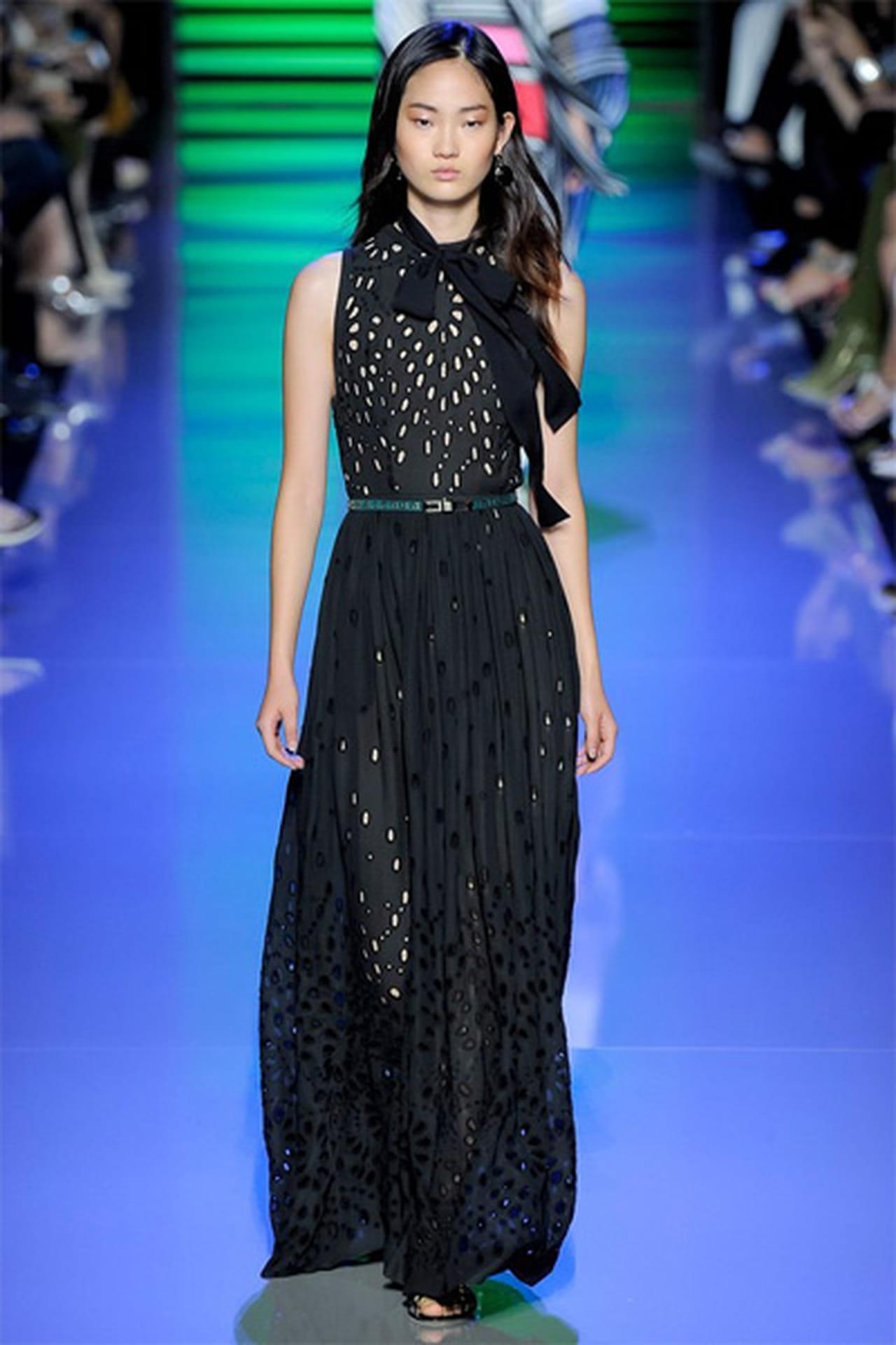 42b9e3845752d بحلول فصل الخريف تبرز أهمية الفستان الأسود بلونه الكلاسيكي وموديلاته التي  غالباً ما تحرص دور الأزياء العريقة على تقديمها بمزيج من الأناقة والبساطة  التي ترضي ...