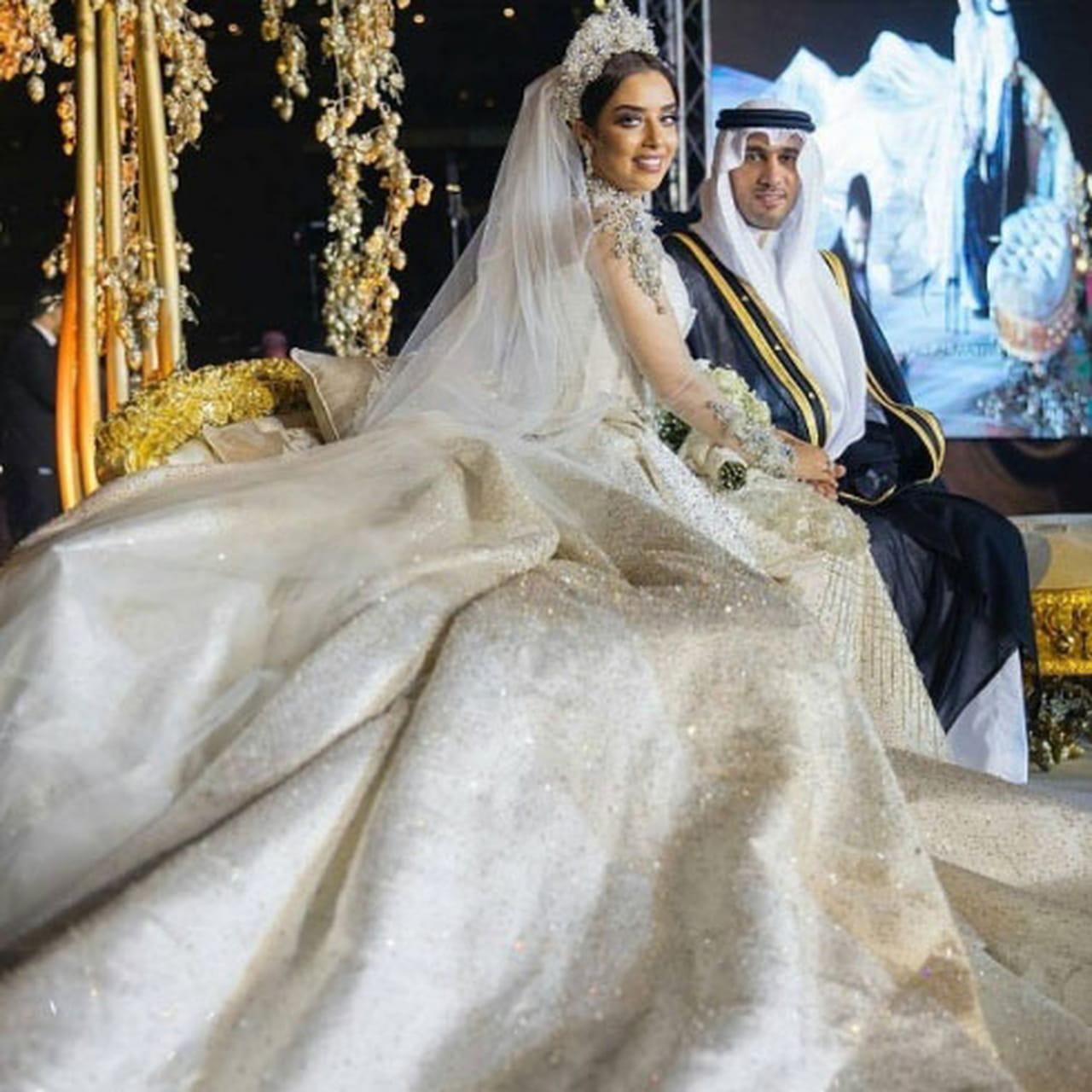 7c85a5710 في الصورة أعلاه نشاهد فستان زفاف كنده علوش في الحفل الرئيسي والأكبر والذي  أقيم في فندق كتراكت الخاص بمسلسل جراند أوتيل للنجم عمرو يوسف.