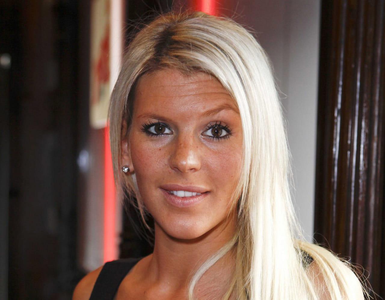 Am lie neten abandonne les cheveux blonds platine for Coupe avec cheveux en arriere site m jeuxvideo com