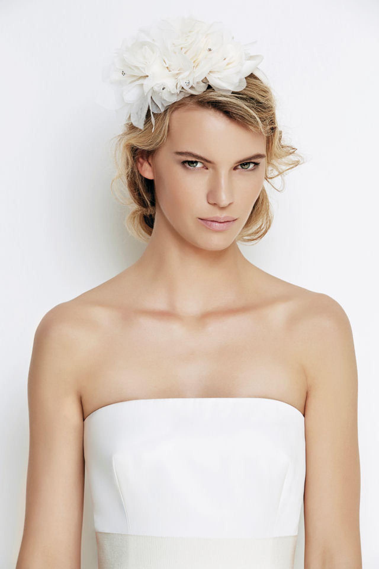 92faffd45867 Pettinature sposa  fiori e fiocchi tra i capelli