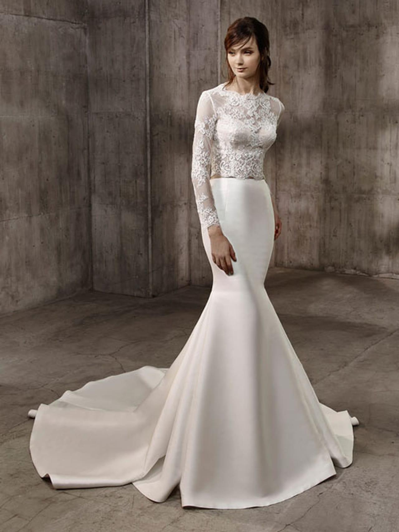 6a6878ed7 فستان زفاف أنثوي بأكمام طويلة من بادجلي ميشكا Badgley Mischka.