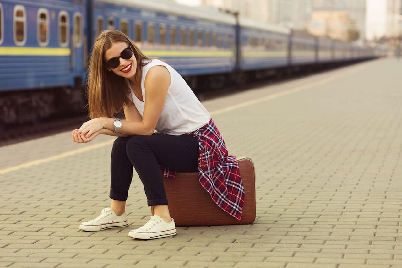 Preferenza Look da viaggio: come vestirsi in treno, aereo e auto YW03