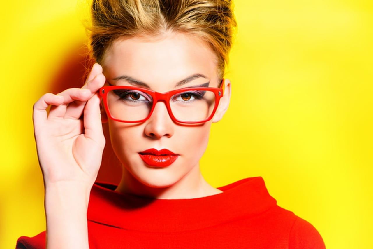مكياج مثالي لعيون ساحرة بالنظارات الطبية 886424.jpg