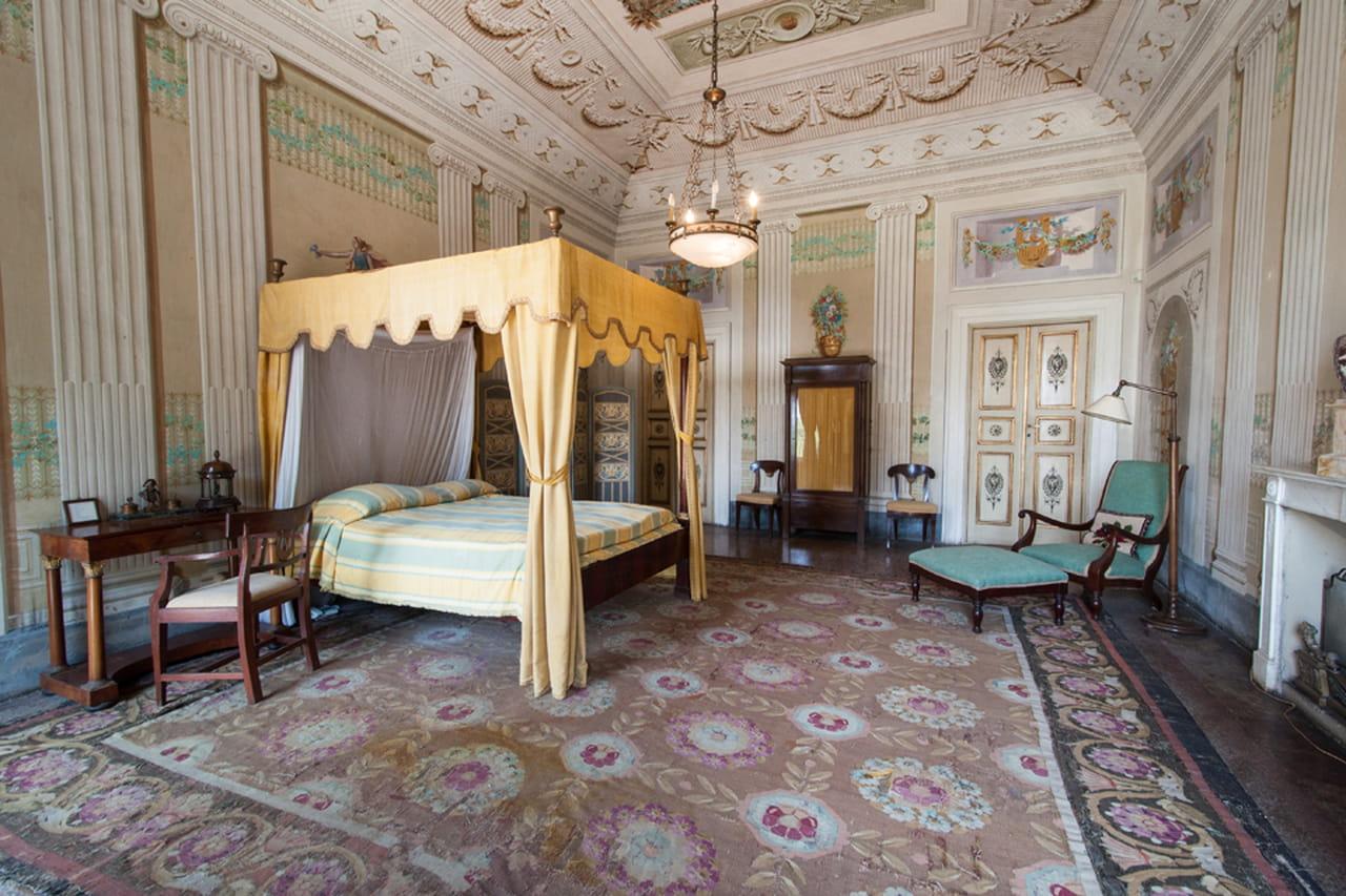 Nella Camera Padronale Di Villa Reale Di Marlia Un Prezioso Letto A  #9C6E2F 1280 853 Sala Da Pranzo Radica Di Noce