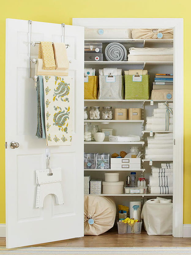 دولاب مخفي خلف باب في الحائط حيث يمكنك تخزين كافة ادوات