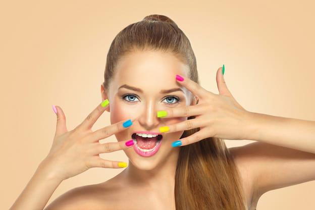 يعتبر طلاء الأظافر ملك مستحضرات التجميل خلال الصيف. تعتمد