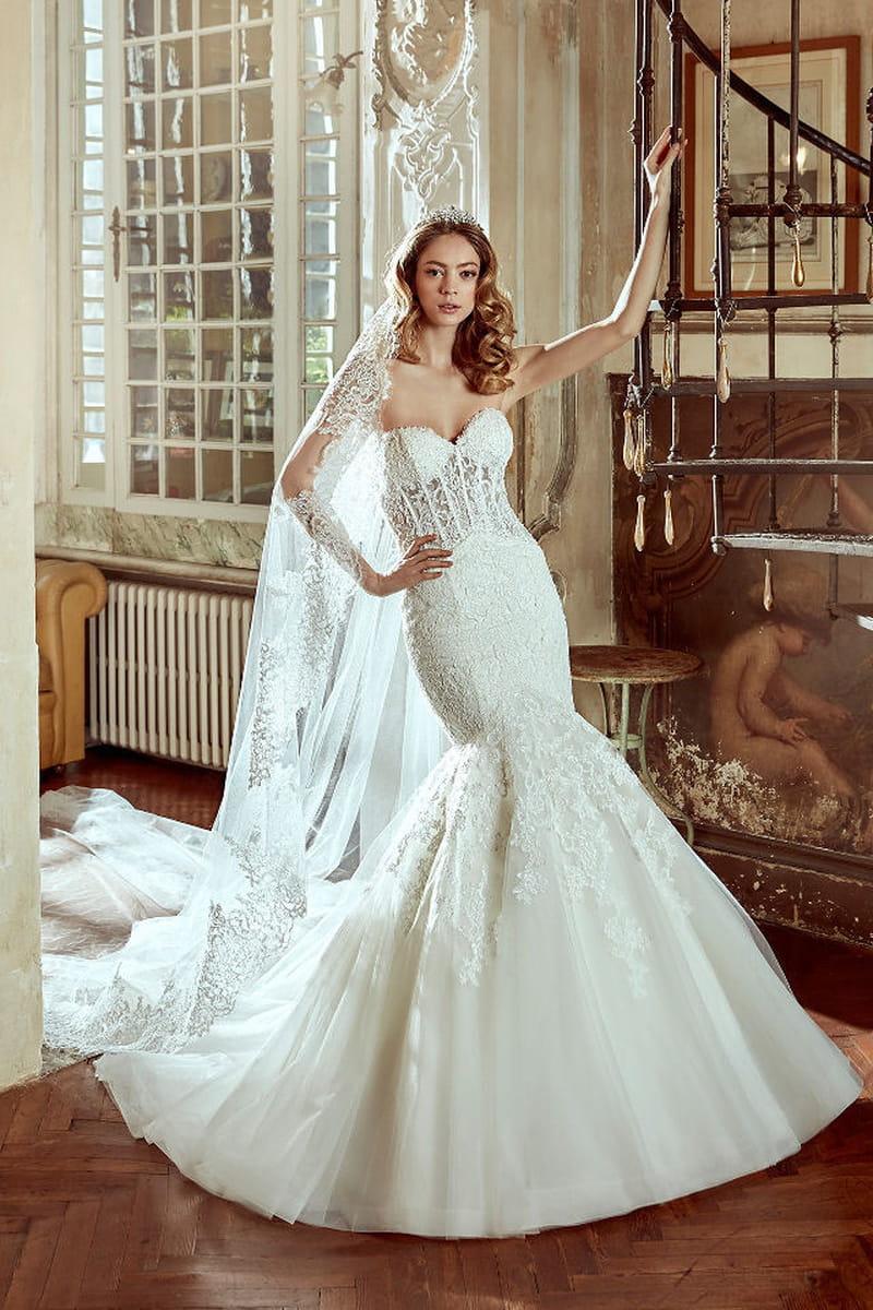 2d47ceaf9538 Taglio a sirena e texture in pizzo per l abito da sposa di Nicole Spose per  chi ama la forma cult del campo bridal.