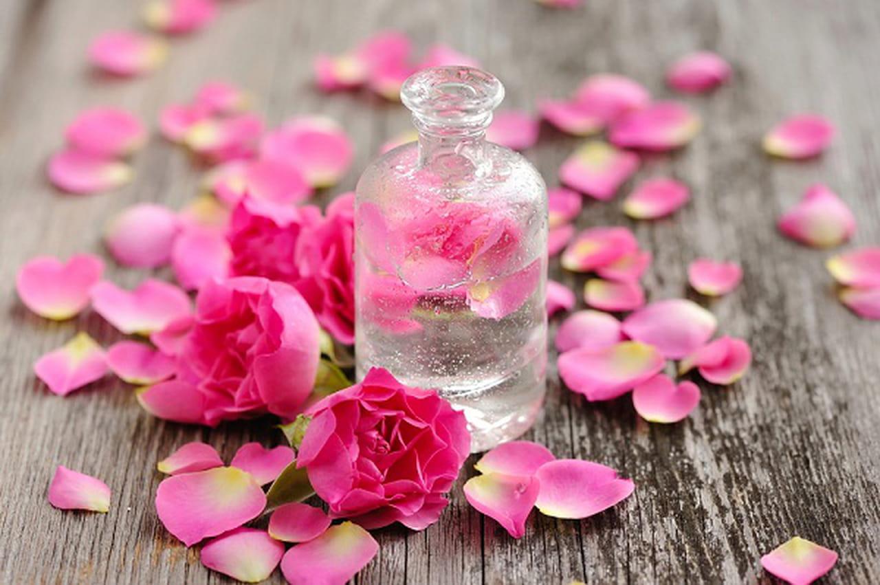 3 طرق لاستخدام الجليسرين وماء الورد للعناية بالبشرة