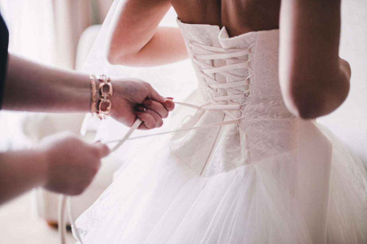 Risultati immagini per sposa che si veste